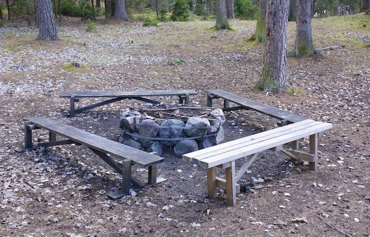 En eldstad med fyra bänkar intill