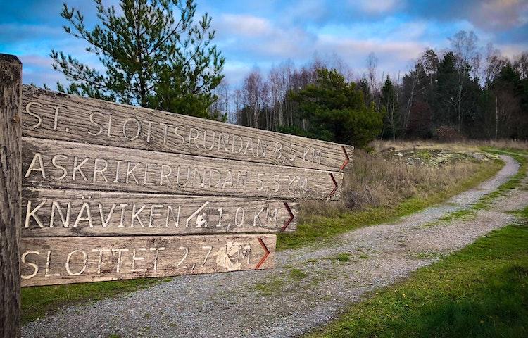 Skylt som visar vägen till Askrikeleden.