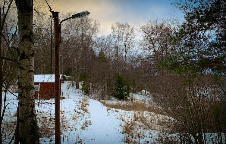 Elljusspår och snötäckt mark.