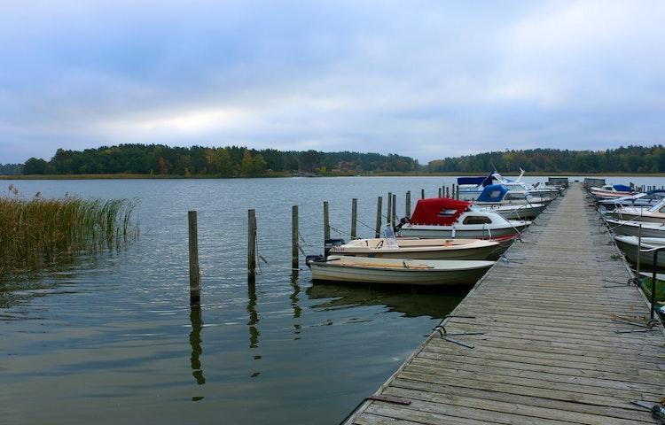 Båtbrygga med flera förtöjda båtar.