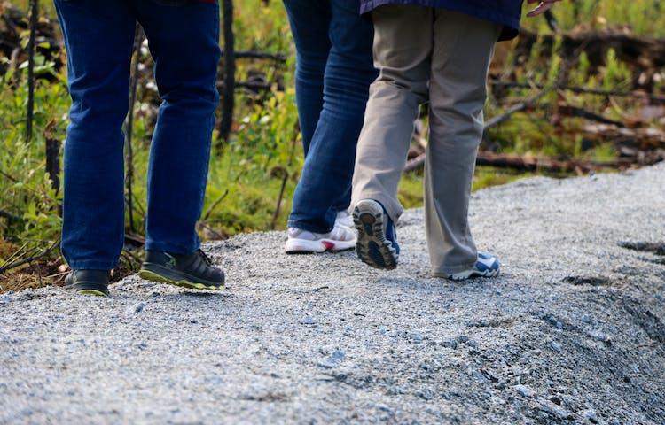 Sex fötter går på en grusad stig.